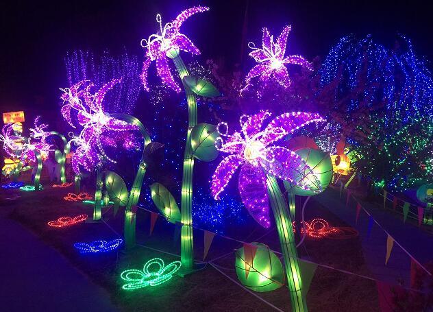 """一年一度的圣诞节即将来临,值此之际天下第一灯落户廊坊市御和动物园了,自2016年12 月 24 日—2017 年 2 月 27 日这里正在举办""""2017自贡花灯廊坊首展""""即""""2017御和动物园鸡年大吉迎春灯会"""",市民们晚上如果有兴趣可以到御和动物园参与夜场的活动。在这里市民们可以赏迎春灯会、看马戏、品各地美食、玩儿童游戏、逛年货大集、游新年庙会、还能参与小动物互动活动。  我国自唐朝以后便有新年燃灯的习俗,延至清代即有""""舞狮灯&rdq"""