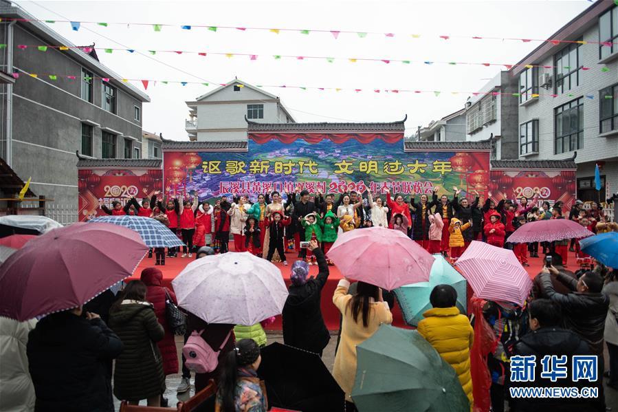 """(新春走基层·图文互动)(2)村晚""""说唱""""唱什么?"""